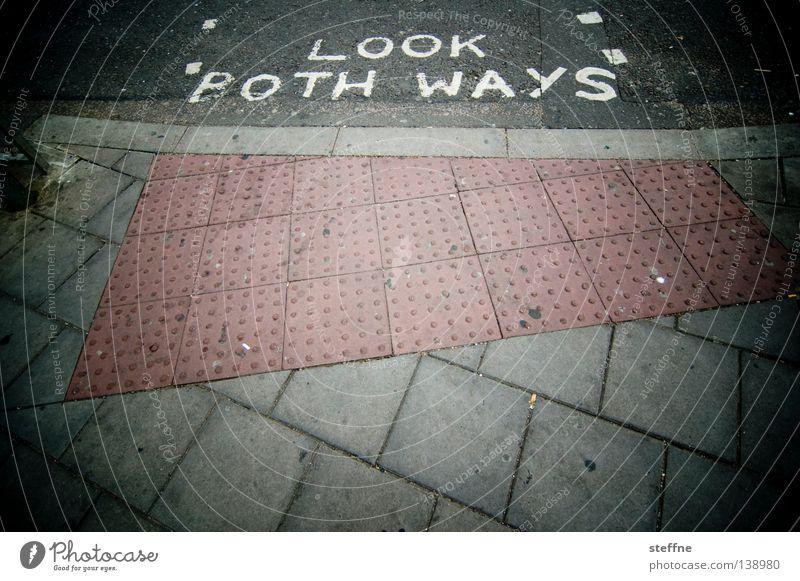 LOOK BOTH WAYS Stadt Straße Schilder & Markierungen Verkehr gefährlich bedrohlich schreiben Verkehrswege Warnhinweis Tourist England Australien Fußgänger