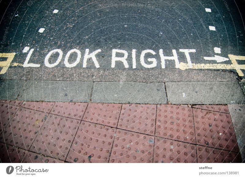 LOOK RIGHT Tourist Unfallgefahr England Australien Linksverkehr Überqueren gefährlich Fahrbahnmarkierung Fußgänger Ausländer Europäer Brighton Verkehr