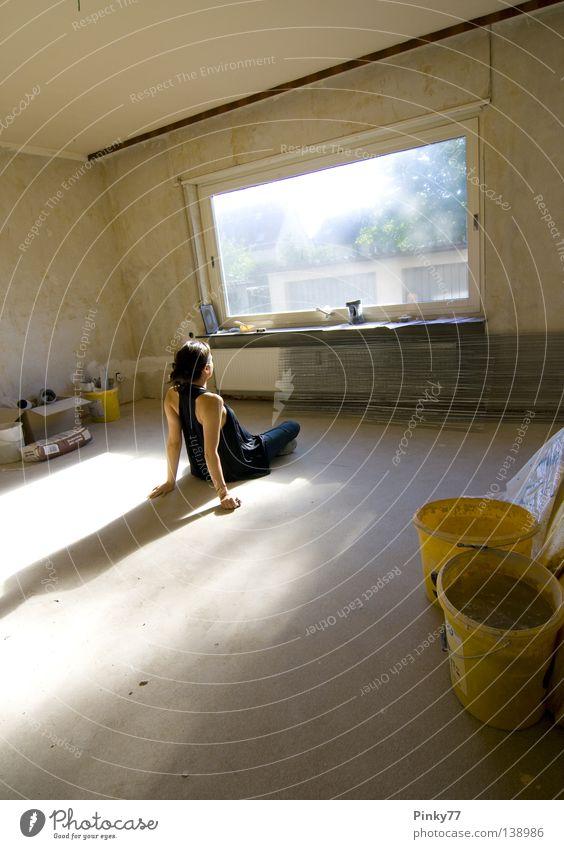 Die Wohnung des Herrn G. Frau Einsamkeit Arbeit & Erwerbstätigkeit Fenster Denken Raum leer Pause Aussicht Baustelle Vergänglichkeit Sonne verfallen Wohnzimmer