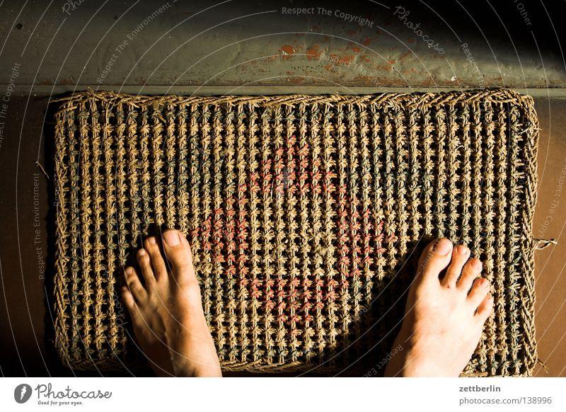 Alternative Wohnung Fußmatte Treppenhaus Besucher Barfuß stehen Eingang Mensch Vertrauen Häusliches Leben Tür wohnungstür draussen vor der tür kokosläufer Sisal