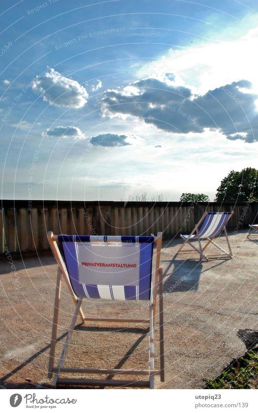 Privatveranstaltung Himmel blau Sonne Sommer Freude Wolken Garten Freizeit & Hobby liegen groß Papier Hinweisschild Coolness Stuhl Bar Burg oder Schloss