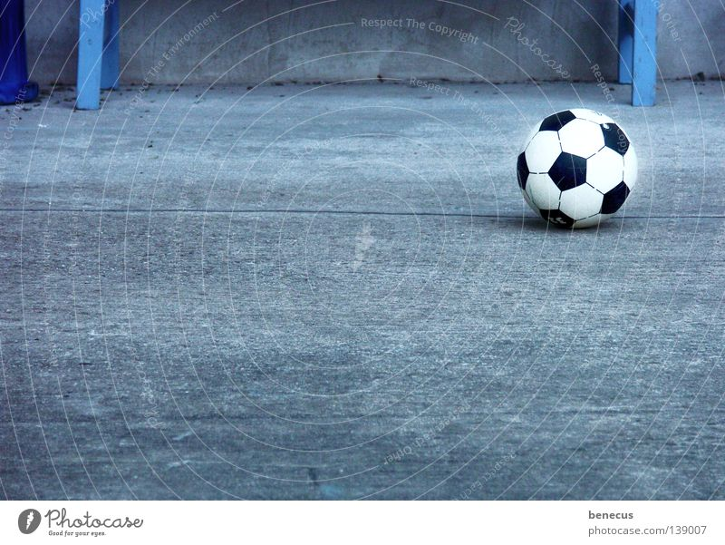 und er rollt immer noch... blau Freude Sport grau Freizeit & Hobby Fußball Beton Kreis Ball Tor Rolle Treffer Weltmeisterschaft Ballsport 2008