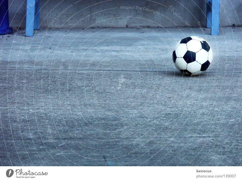 und er rollt immer noch... blau Freude Sport grau Freizeit & Hobby Fußball Beton Kreis Ball Tor Rolle Treffer Weltmeisterschaft Ballsport 2008 Europameisterschaft
