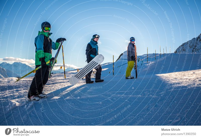 Snowteam Stil Sport Wintersport Sportler Skifahren Skier Snowboard Skipiste Mensch maskulin Junger Mann Jugendliche Erwachsene Freundschaft 3 Umwelt Sonnenlicht