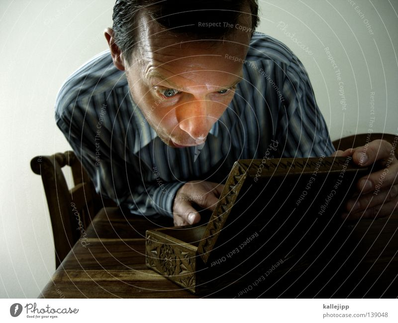 finale? Mann Neugier einzeln Überraschung 30-45 Jahre Schatz Kaukasier Schatztruhe Ein Mann allein Erwachsener Mann mittleren Alters 1 Mensch