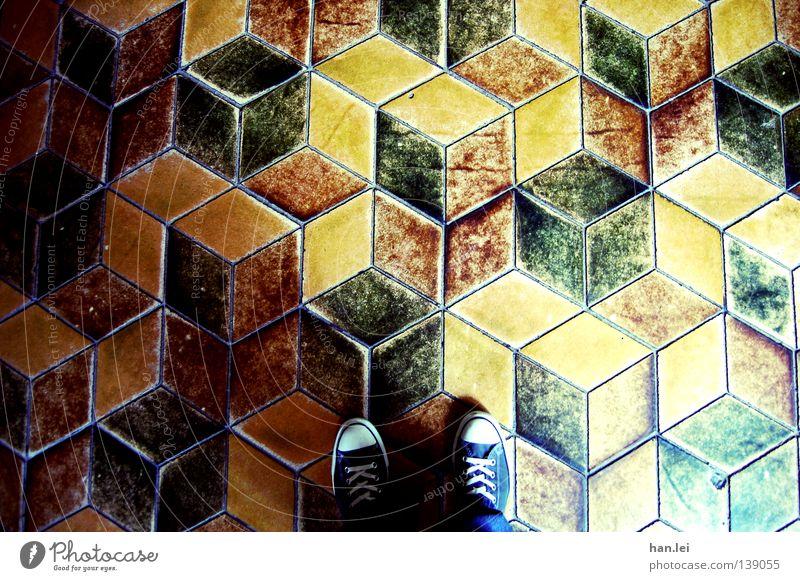 Cubes Fuß Hose Schuhe stehen unten Perspektive Chucks Schuhbänder Bodenbelag fließen dreidimensional Würfel altmodisch Fuge Detailaufnahme Muster