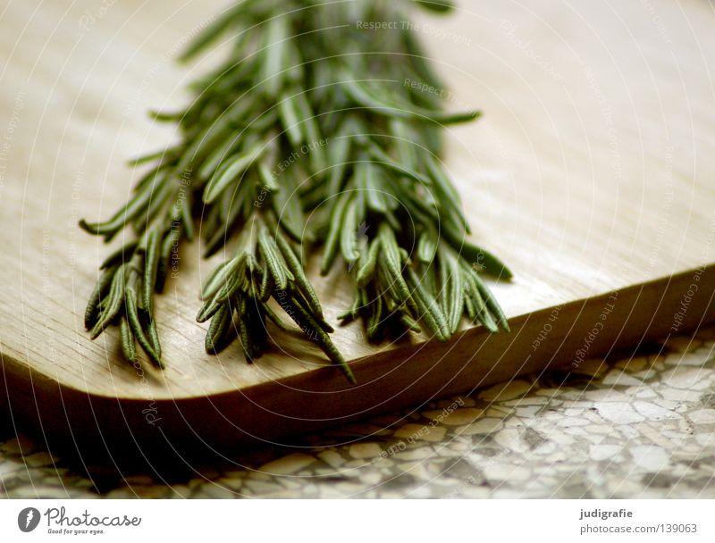 Rosmarin Kräuter & Gewürze Lippenblüter Küche Holzbrett Schneidebrett Ernährung Lebensmittel Heilpflanzen Farbe Vegetarische Ernährung duftkraut Zweig