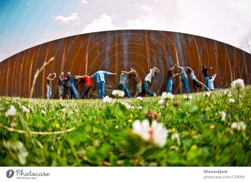 BLN 08 | to kiss ass Fotografieren Gruppenfoto Fischauge mehrere Mauer Menschengruppe Präsentation