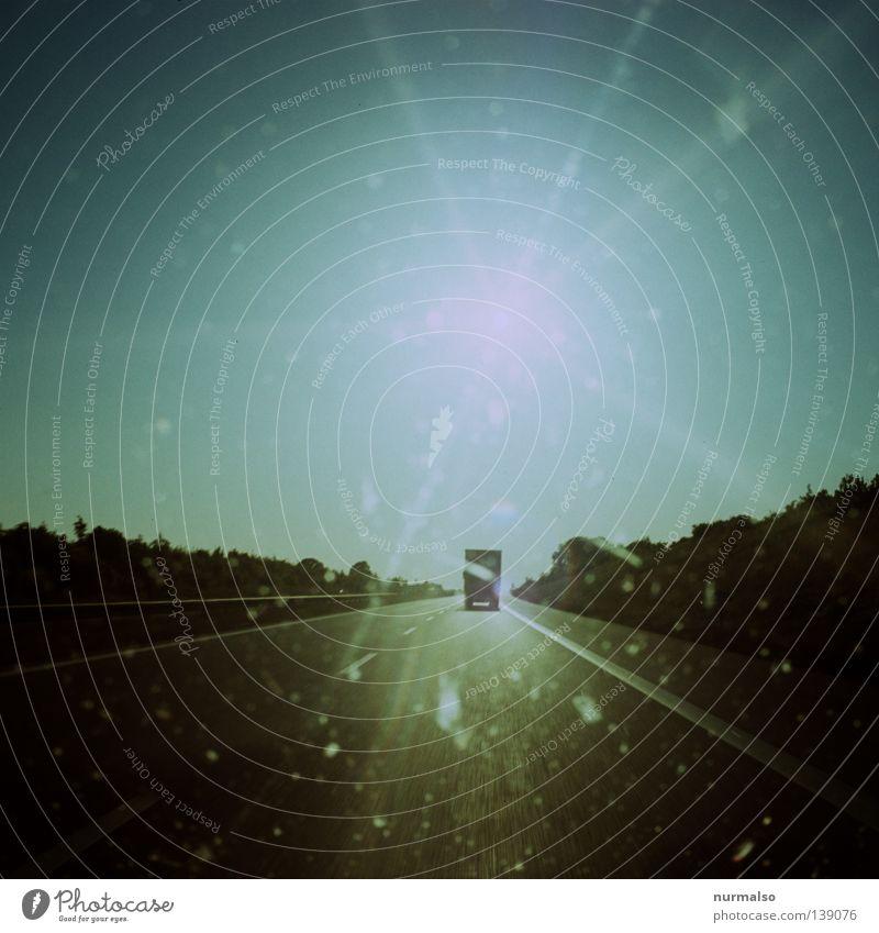 schnell Weg Sonne Ferien & Urlaub & Reisen Straße träumen PKW Beleuchtung Geschwindigkeit fahren Güterverkehr & Logistik Ziel Asphalt Sehnsucht Lastwagen analog Autobahn Verkehrswege