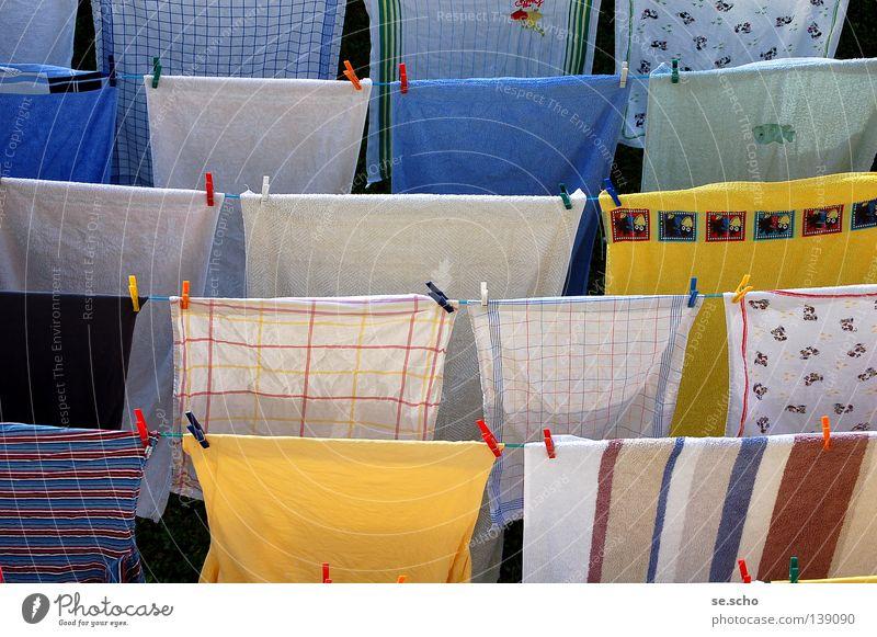 Alles sauber! Wäsche Wäscheleine trocknen Wäscheklammern Handtuch Sauberkeit rein duftig frisch gelb weiß Streifen Nachbar Bekleidung Seil Waschgang Trocknung