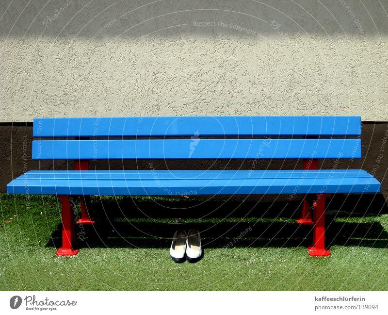 Ordnung. Schuhe Kunstrasen grün Rastplatz Einsamkeit Sommer Bank Rasen blau Schatten