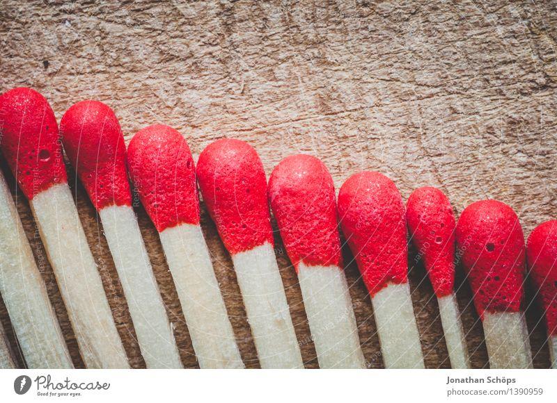rote Köpfe im Abwärtstrend I Holz braun Streichholz Feuer Brand gefährlich Holzplatte Reihe Ordnung Ordnungsliebe viele brennen gleich abwärts