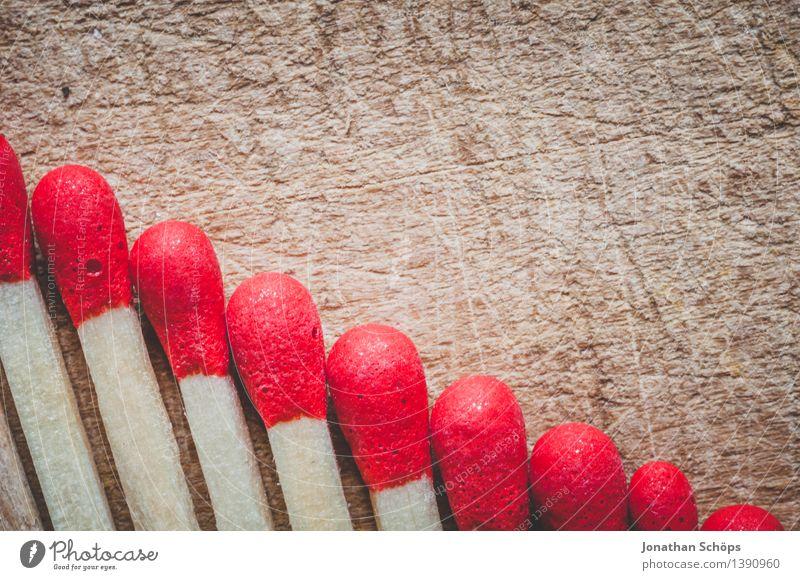 rote Köpfe im Abwärtstrend I Holz braun Streichholz Feuer gefährlich Holzplatte Reihe Ordnung Ordnungsliebe viele brennen gleich abwärts Abwärtsentwicklung