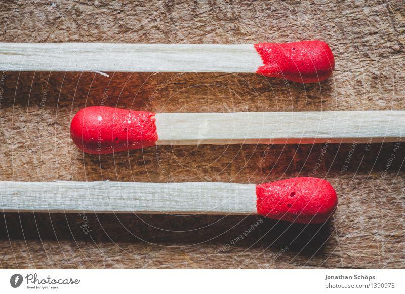 hin & her Holz braun rot Streichholz Feuer Brand gefährlich Holzplatte Reihe Ordnung Ordnungsliebe viele brennen gleich Kerze zünden zündend Brandstifter