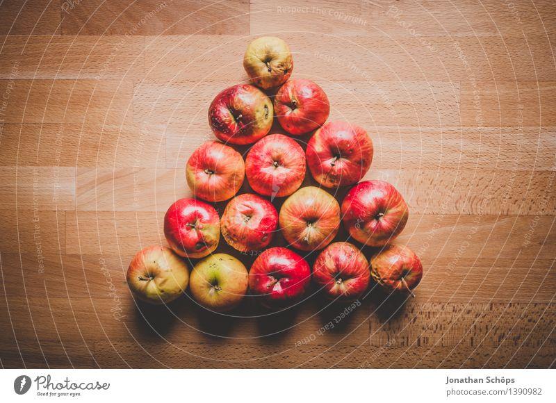 Warndreieck aus Äpfeln auf Holztisch Lebensmittel Frucht Apfel Ernährung Essen Frühstück Picknick Bioprodukte Vegetarische Ernährung Diät Fasten Slowfood saftig