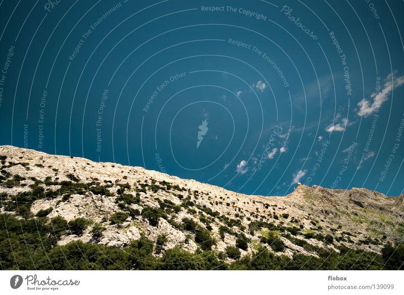 Hoch, Höher, ... Gipfel Schlucht Radarstation Spanien Mallorca Bergkette steil Stein steinig Geologen Geologie wandern fantastisch Wolken blau himmelblau Ferne