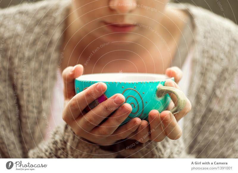 I <3 coffee cups Mensch Hand feminin Lebensmittel genießen Freundlichkeit Pause Kaffee trinken stoppen türkis Tee Tasse gemütlich Becher heizen