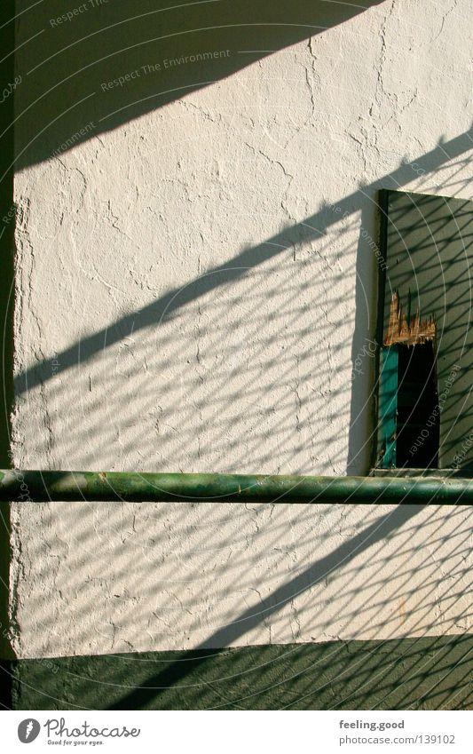 Rennbahn Kassenhaus Stab grün Fenster kaputt Zaun Metallstange verfallen Trauer Vergangenheit vergangen Schatten verblasst zersprittert Traurigkeit