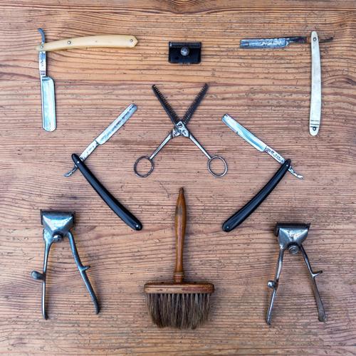 schnitt Messer Haare & Frisuren Haut Friseur Handwerk Schere Bürste Rasierklinge Sammlung Beginn Körperpflege Rasierer Tischplatte alt Menschenleer