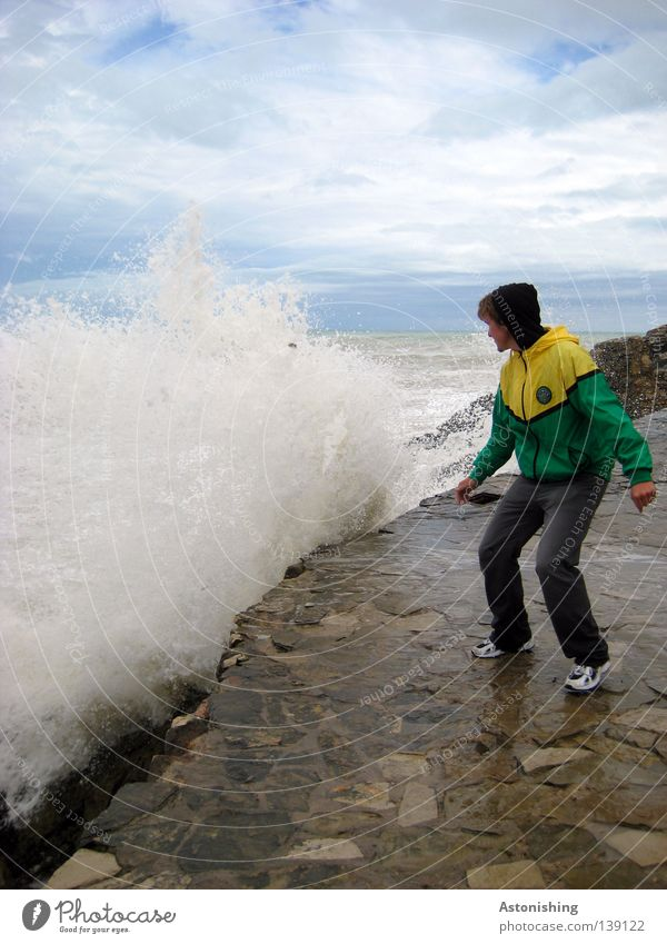 Angst Mensch Mann Natur Wasser Himmel Meer grün Wolken gelb Bewegung Stein Regen Wellen Erwachsene Wetter