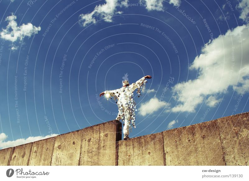KÖNIGSADLER Mensch Himmel Mann blau Hand weiß Sommer Freude Wand grau springen Mauer Party Stil lustig Kunst