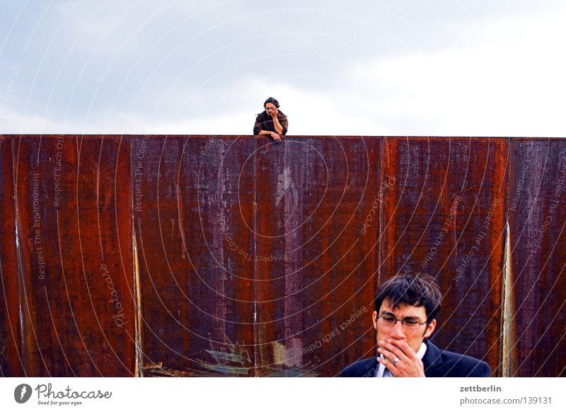 bln08 - mathiasthedread+nicolasberlin Mann Junger Mann nah Ferne Wand Eisen Spreebogen Regierungssitz beobachten Intuition Konzentration junge männer