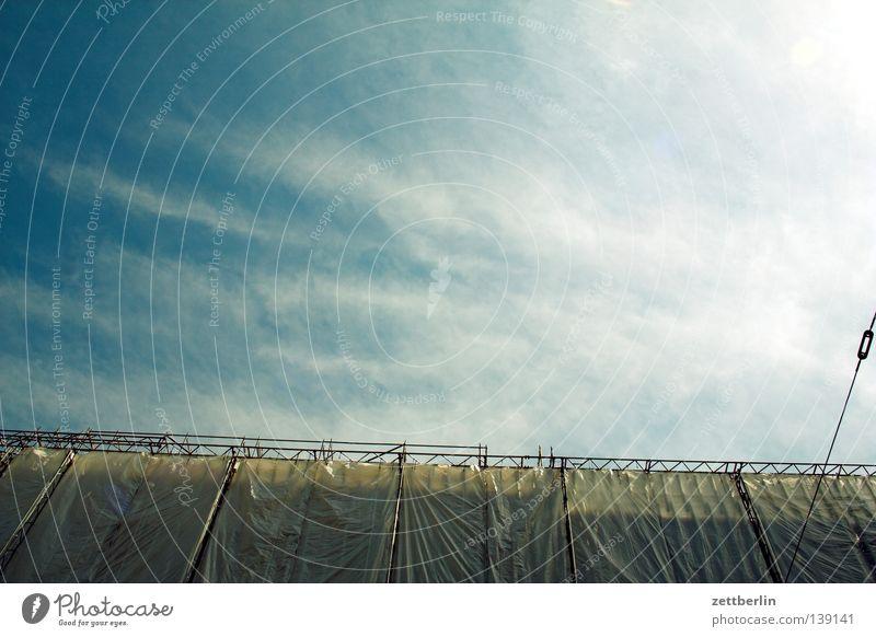 Plane Haus Baustelle Bauplane Abdeckung Sicherheit Absicherung Bauarbeiter Fassade Nachbildung Baugerüst Gerüstbauer Wolken Detailaufnahme Handwerk Berlin