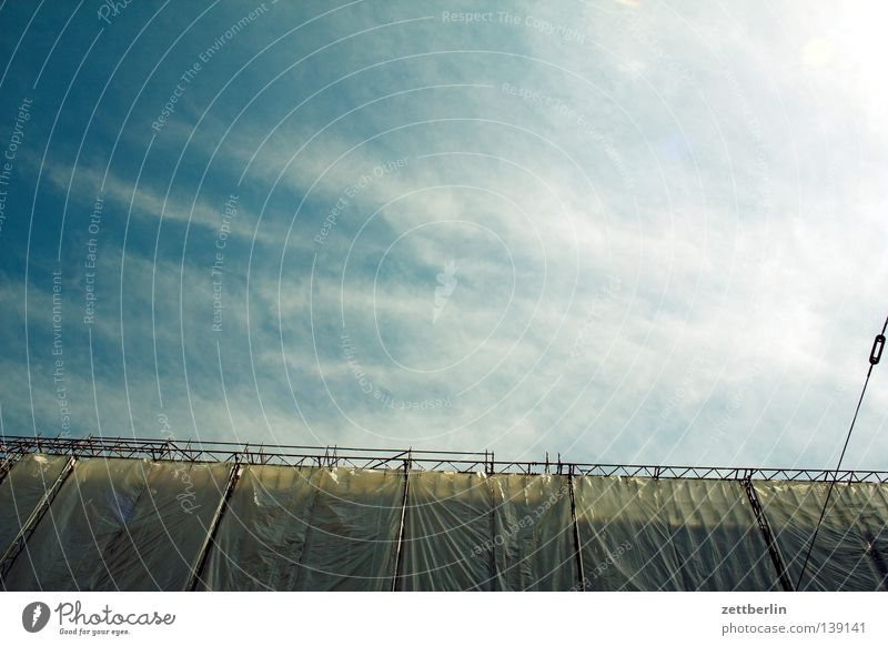 Plane Himmel Haus Wolken Berlin Fassade Sicherheit Baustelle Handwerk Bauarbeiter Baugerüst Versicherung Abdeckung Nachbildung Absicherung Rüstung Gerüstbauer