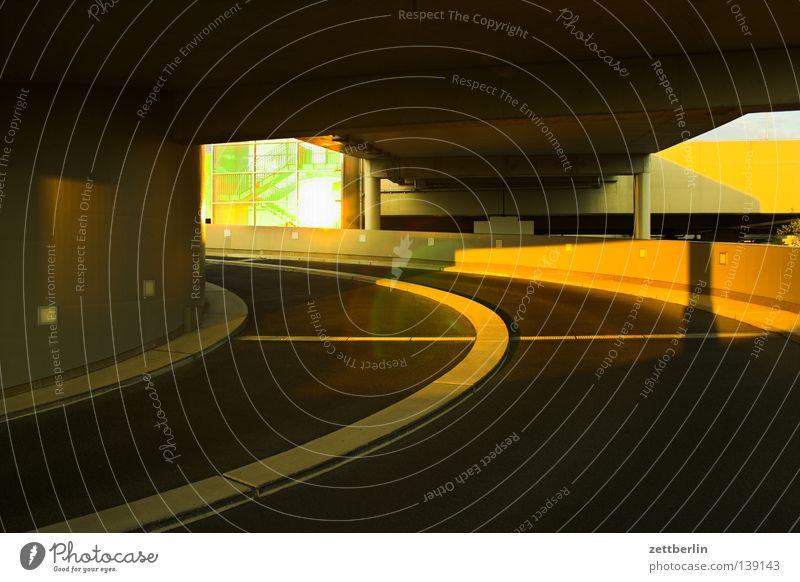 Parkhaus Berlin Verkehr Verkehrswege Gesellschaft (Soziologie) Kurve parken Spirale Umweltverschmutzung Fahrbahn Fahrbahnmarkierung Mittelstreifen