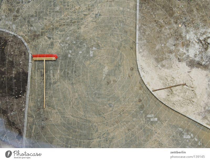 Hof Hinterhof Bildhauer Baustelle Bauarbeiter Besen Sauberkeit Reinigen Kehren Sand Handwerk Verkehrswege Qualität Bauernhof Kopfsteinpflaster pflasterer