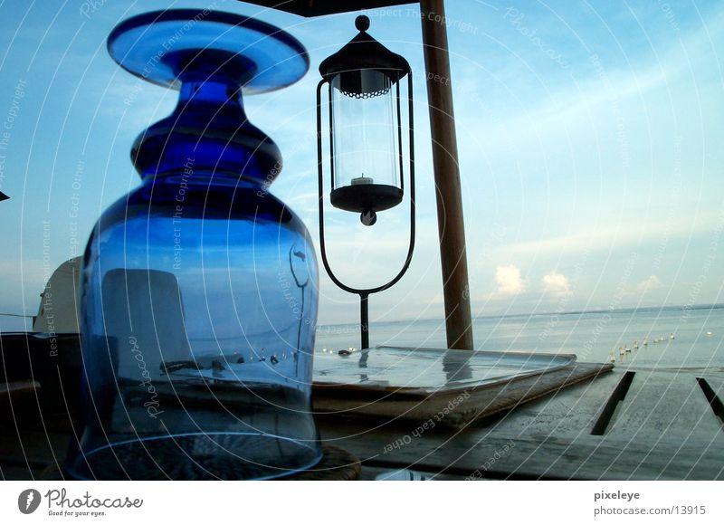 Stilleben auf Bali Wasser Himmel Meer Strand Lampe Glas Tisch Indonesien Bali