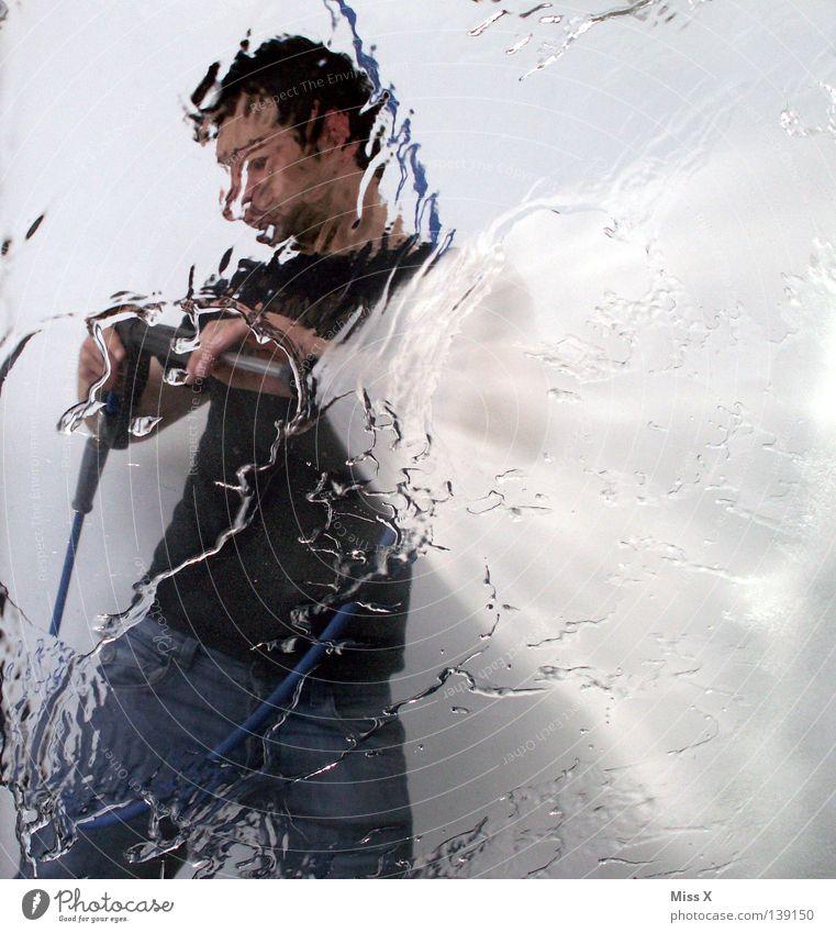 Waschtag Farbfoto Mann Erwachsene Wasser Wassertropfen PKW Reinigen frisch nass Sauberkeit blau grau schwarz weiß Wäsche Kerl Autowaschanlage Fensterscheibe