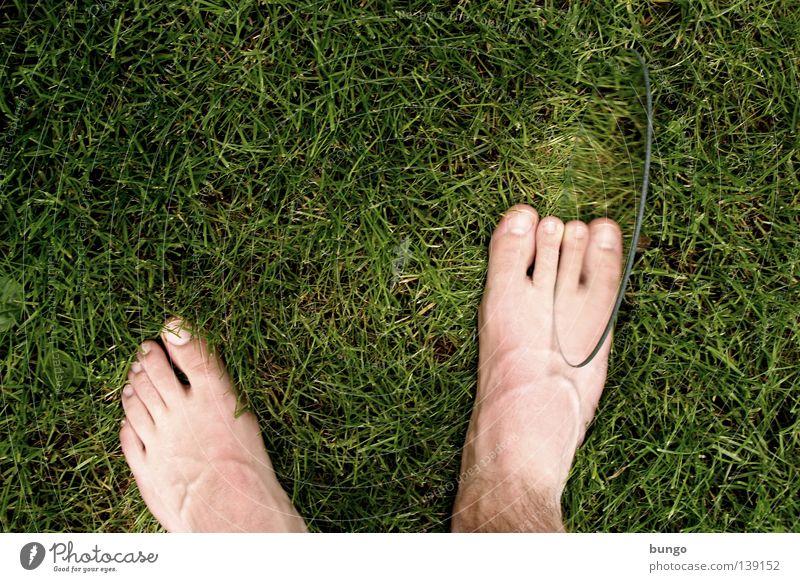 extra ordinem Mann Wiese Gras Beine Fuß außergewöhnlich Rasen Spiegel Ekel seltsam Zehen Behinderte Täuschung hässlich Gefäße Spiegelbild
