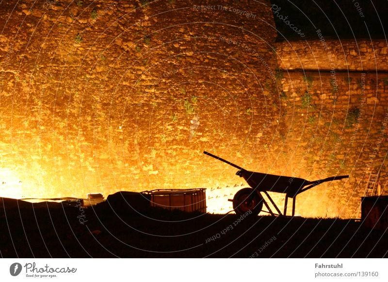 Restauration Mauer Nacht Baustelle Handwerk Altertum Festung Schubkarre dunkel Naturstein Silhouette Beleuchtung Wahrzeichen Denkmal Gotteshäuser Schatten
