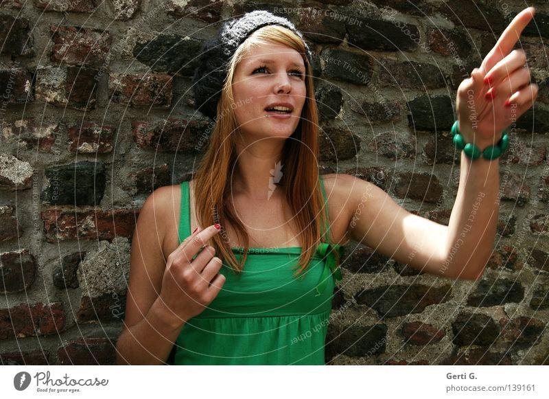 *staun Frau Natur Hand schön grün Wand Gefühle Mauer Finger T-Shirt Richtung Mütze Gesichtsausdruck Überraschung langhaarig rothaarig