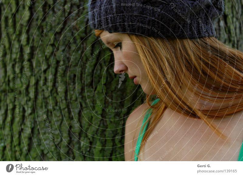 Mützenmädchen Baumrinde Furche Frau Junge Frau ruhig Denken neutral schön langhaarig rothaarig Porträt Silhouette Profil Seite Vertrauen Natur bemoost alt