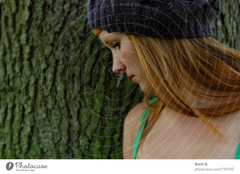 Mützenmädchen Frau Natur schön alt Baum Gesicht ruhig Haare & Frisuren Denken Haut Vertrauen Seite Gesichtsausdruck Furche langhaarig