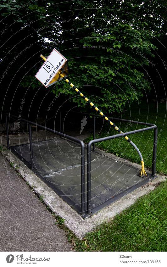 SCHRÄGLAGE stehen Verkehr gelb Schacht geschlossen Barriere Wiese grün Kraft Straßennamenschild Hinweisschild Schilder & Markierungen Respekt street Geländer