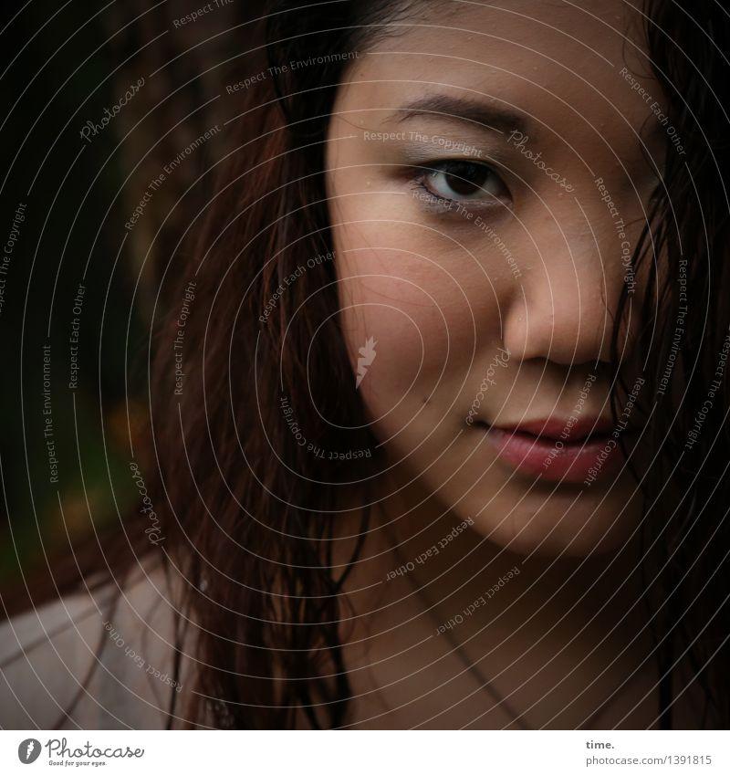 . feminin 1 Mensch Halskette schwarzhaarig rothaarig langhaarig beobachten Blick warten Freundlichkeit schön Wärme Zufriedenheit Geborgenheit Sympathie