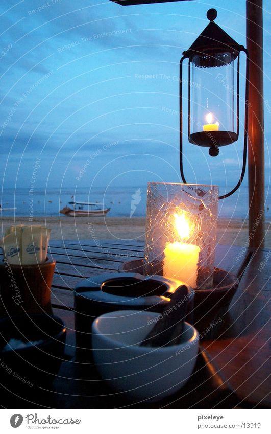 Stilleben in Bali 2 Wasser Himmel Meer Strand Lampe Glas Tisch Kerze Abenddämmerung Asien Bali Los Angeles