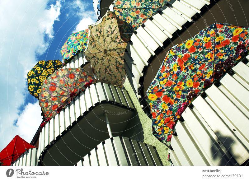 Balkon Loggia Haus Stadthaus Ferien & Urlaub & Reisen Wochenende Erholungsgebiet Sommer Sonnenschirm Muster Detailaufnahme Freizeit & Hobby Wetterschutz