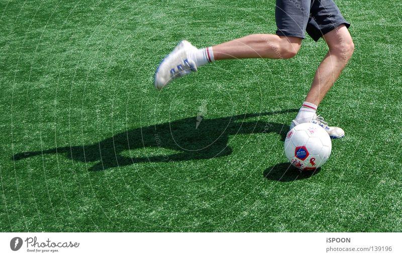 Nurmi II Schuhe Turnschuh Knie Trainingshose grün Strümpfe Sport Spielen Fußball Rasen Ball Beine Muskulatur Schatten Bewegung Sportsocken Haut
