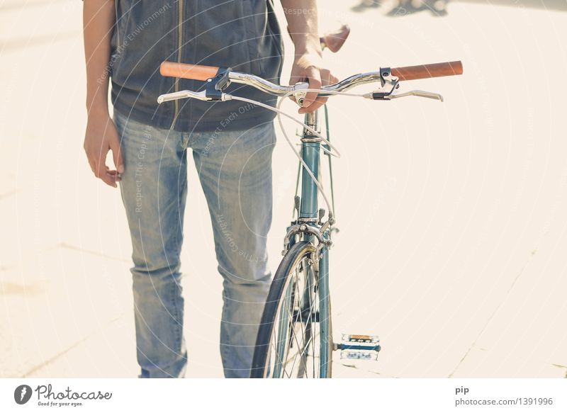 rädle Mensch Jugendliche Hand Junger Mann Gesundheit Beine Fahrrad Arme Fahrradfahren retro Coolness Rad Mobilität ökologisch altehrwürdig Verkehrsmittel