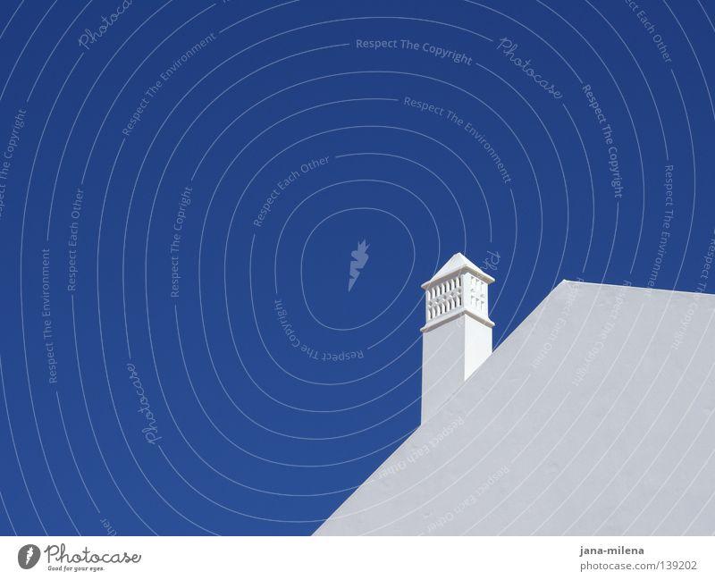 Hochsommer Sommer heiß weiß Wand Mauer Himmel Dach ruhig Grad Celsius Ferien & Urlaub & Reisen Wärme flirren blau Schönes Wetter Himmelszelt Schornstein