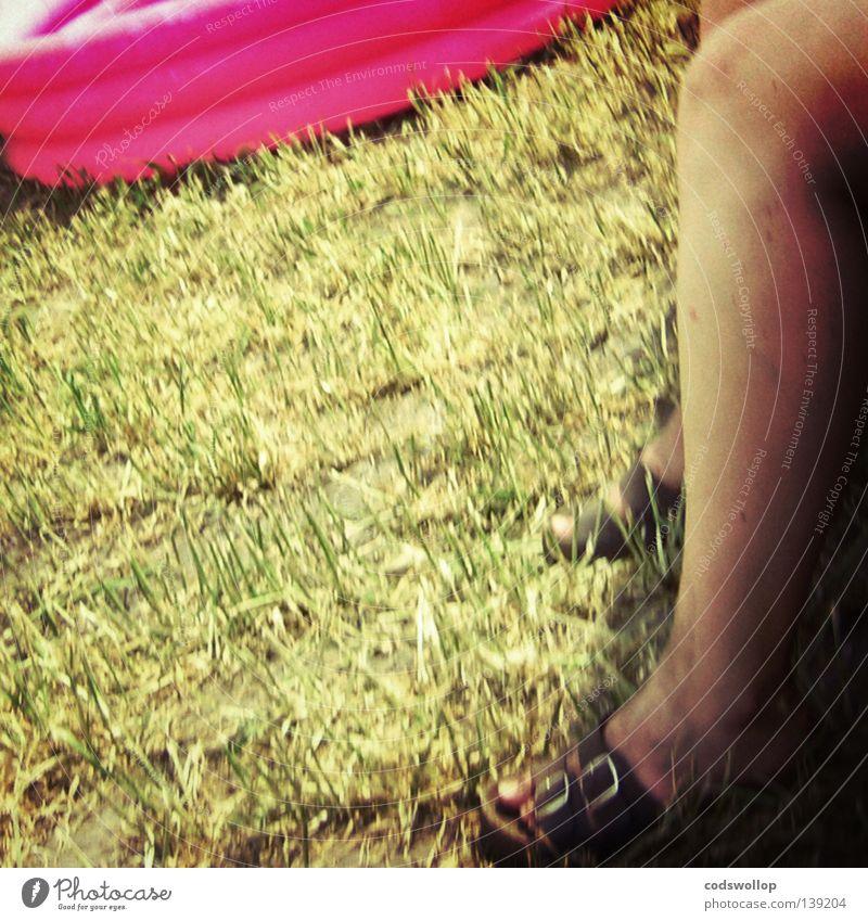 mit pool und schatten Sommer Gras Garten Beine sitzen Pause Freizeit & Hobby obskur Camping Schatten Musikfestival Sandale Hausschuhe Funsport Schuhe