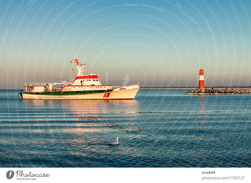 Mole und Schiff in Warnemünde Ferien & Urlaub & Reisen blau Wasser weiß Meer rot Winter kalt Küste Stein Wasserfahrzeug Tourismus Turm Frost Ostsee Bauwerk