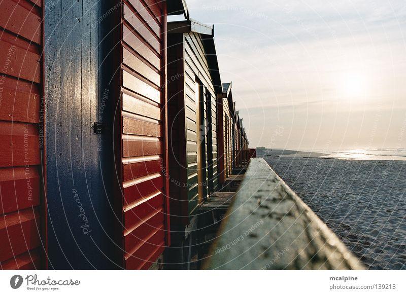 Badehütten Sonnenaufgang Strand Südafrika Kapstadt Badehäuschen Sonnenuntergang Meer Holz rot grün gelb Ecke glänzend Wolken Küste Afrika Ocean Sunrise