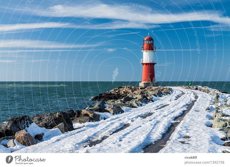 Mole in Warnemünde Meer Winter Natur Landschaft Wasser Wolken Schnee Küste Ostsee Turm Leuchtturm Bauwerk Architektur Sehenswürdigkeit Wahrzeichen Stein kalt