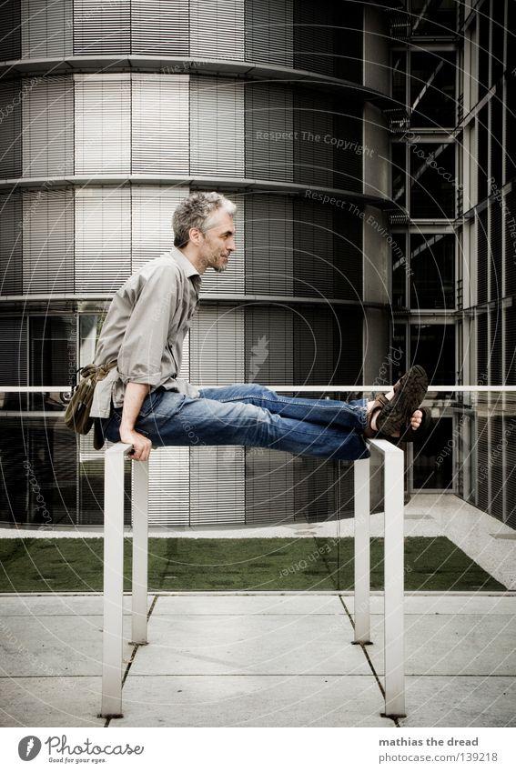 BLN 08 | SYMPATHISCHER USER Mann Erholung ruhig Fenster Wand Architektur Wiese Gebäude modern sitzen Coolness Geländer Frieden Hemd lässig attraktiv