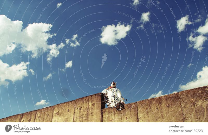 KÖNIGSSTUHL Mensch Himmel Mann blau Hand weiß Sommer Freude Wand grau springen Party Stil Mauer Kunst lustig